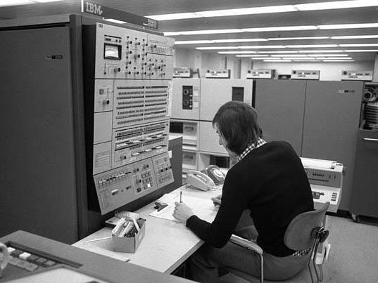数百m2を占める電算機室.jpg
