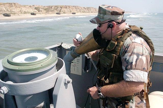 船舶に備えられた伝声管で通話する兵士(Wikipedia).jpg